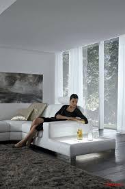 красива девойка седи на луксозен модулен диван Kronos в модерен стил - Nicoline
